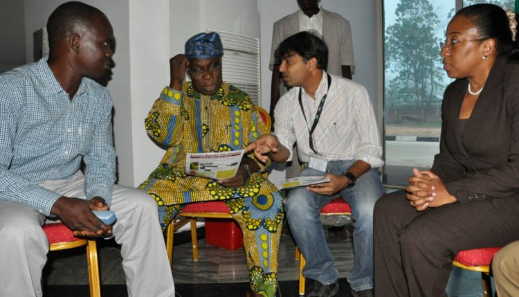 Picture of President Olasegun Obasanjo (left) talking to Lava Kumar (right) about efforts to contain banana bunchy top.