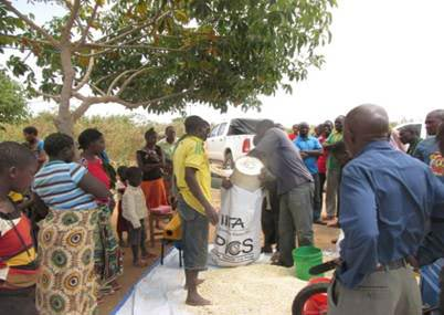 Picture of Farmers shelling maize at Yohana Isaya's farm during the postharvest training organized by the Africa RISING–NAFAKA scaling project in Ndurugumi village