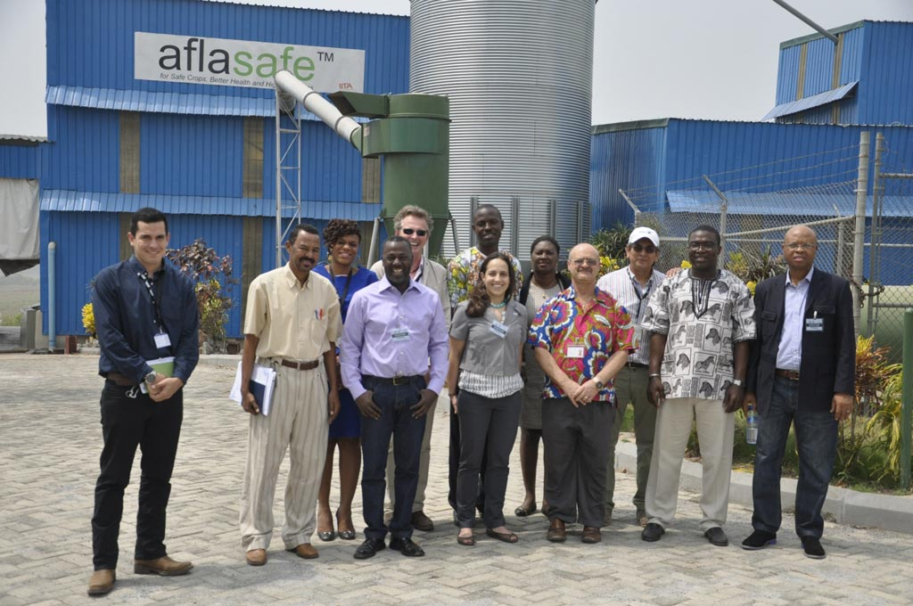 Picture of USAID delegation visiting the aflasafe and BIP facilities in Ibadan, Nigeria with IITA staff.