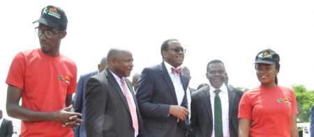 Picture of DG Nteranya Sanginga and the Agripreneurs welcoming AfDB President Akinwumi Adesina to IITA's Abuja Station.