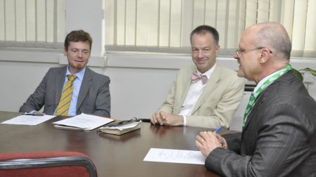 Picture of DDG Kenton Dashiell briefs the German Ambassador on IITA's projects and activities.
