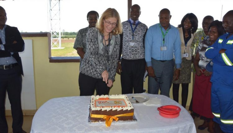 Picture of The DDG-CS cutting the cake.