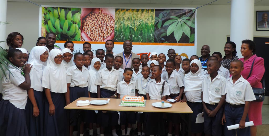 Picture of students with their teachers and IITA staff
