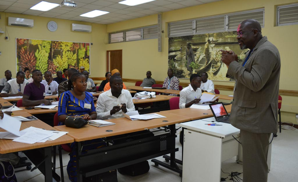 Picture of Tahirou Abdoulaye giving a presentation at the STMA training.