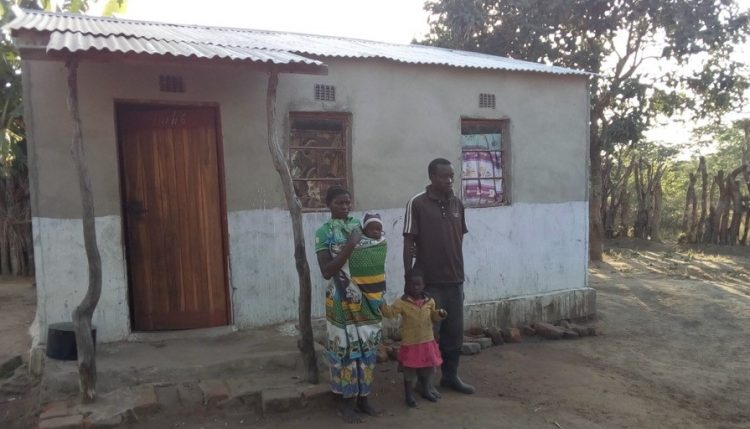 Picture of Aaron and Mavis Mumba with their two children in front of their house. Photo: Simon Mudenda, CIP.