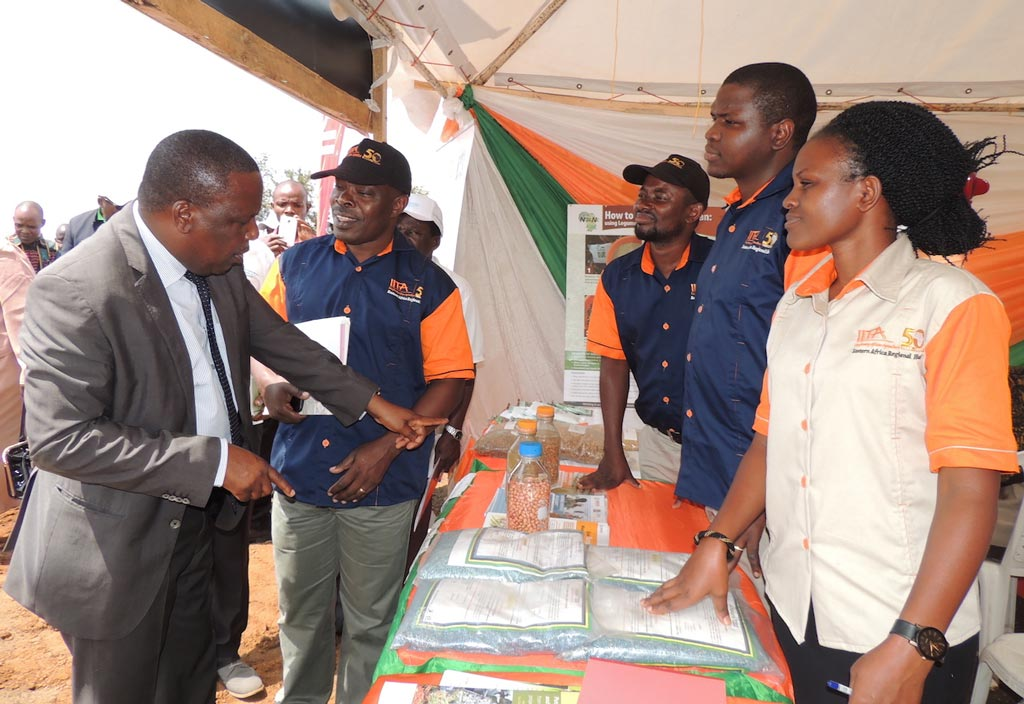 Picture of dignitaries visiting the IITA booth.