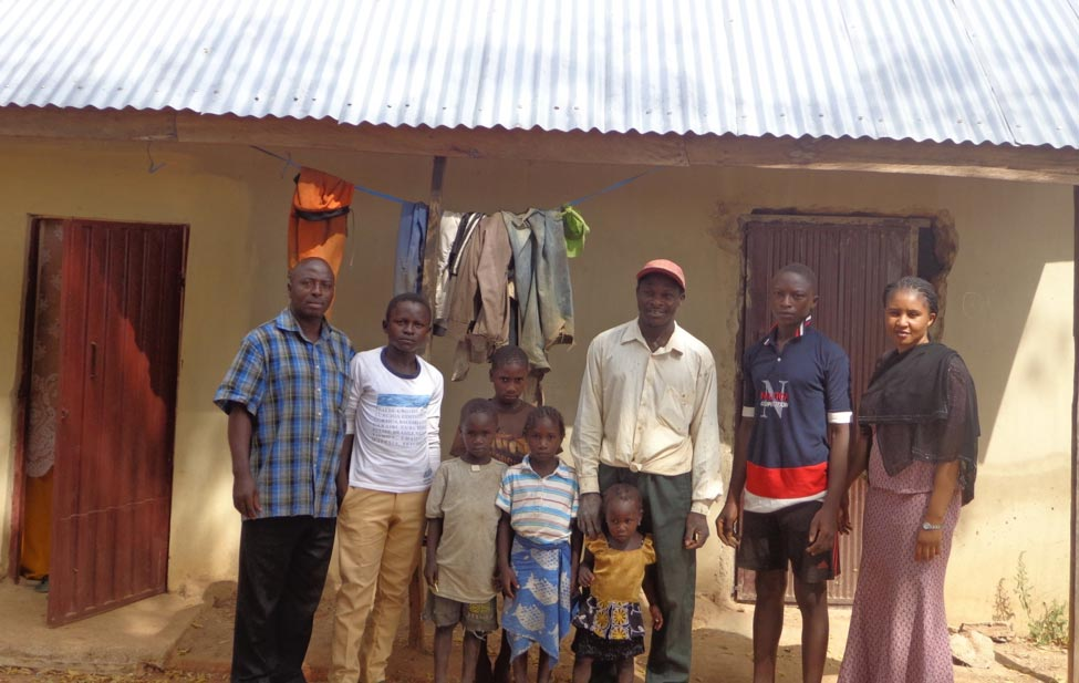 Picture of Habakkuk Mijinyawa with his three children, two of his brothers, and a sister.