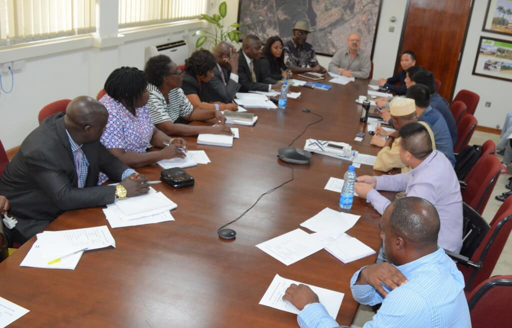 Picture of IITA management and staff discussing with the Oyo State government delegates and Chinese investors.