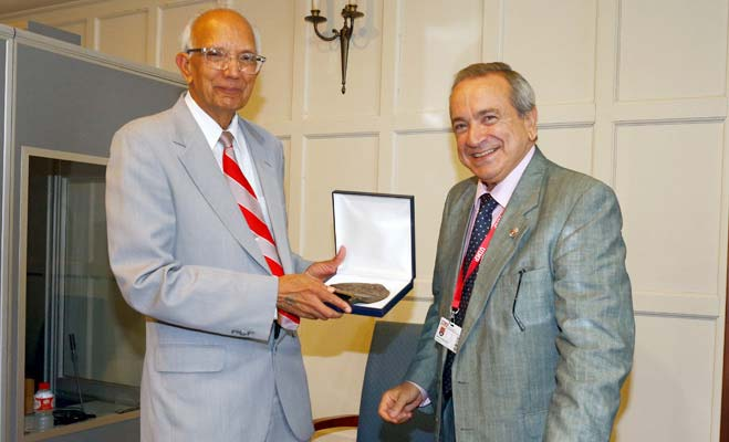 Picture of Former IITA staff Dr Rattan Lal (left) receives medal from UIMP Rector Emilio Lora-Tamayo.
