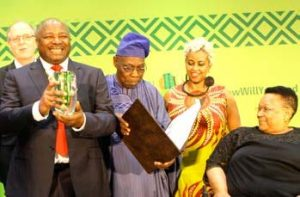 Picture of IITA DG Nteranya Sanginga receives the Africa Food Prize on behalf of the institute.